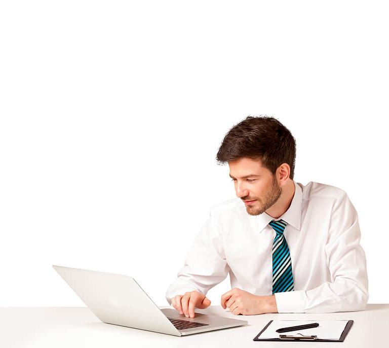 zu sehen ist ein Mann am Laptop